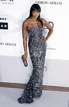 Naomi Campbell in einem glitzernden Abendkleid (Bild: AP/Photo Joel-Ryan)