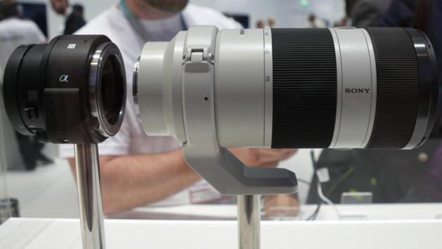 Am QX1 lassen sich selbst große Zoom-Objektive befestigen. (Bild: Dominik Erlinger)