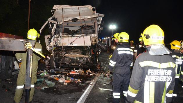 Die Fahrerkabine des Lastwagens wurde bei dem Unfall auf der A2 völlig demoliert. (Bild: Einsatzdoku.at)