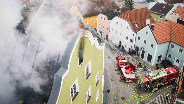 Der Dachstuhl des Gebäudes in Schärding wurde ein Raub der Flammen. (Bild: APA/DANIEL SCHARINGER)