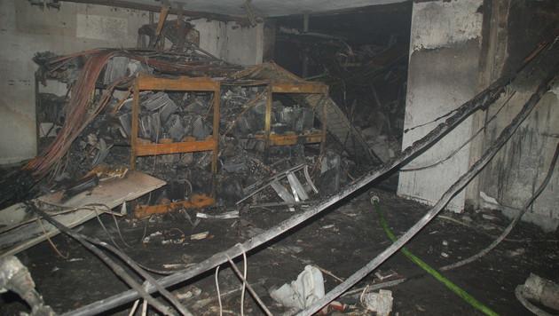 Am Gebäude entstanden durch Feuer und Druckwelle schwere Schäden. (Bild: APA/ZEITUNGSFOTO.AT)