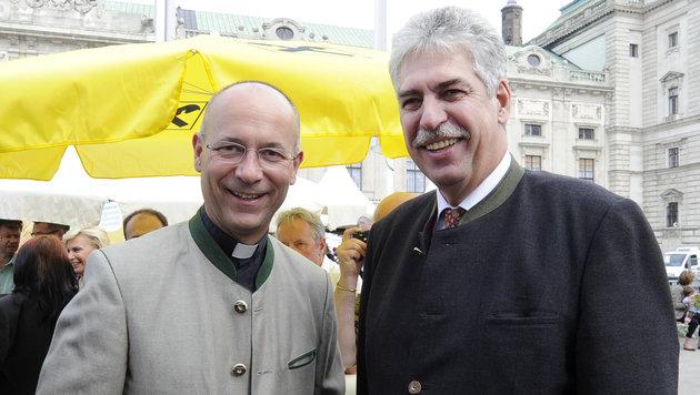 Dompfarrer Toni Faber (li.) und Finanzminister Hans Jörg Schelling. (Bild: APA/HERBERT P. OCZERET)