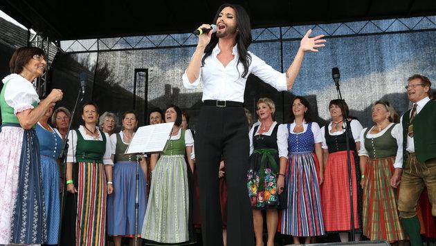 Conchita Wurst performte 'That's What I am' in Begleitung des Bad Mitterndorfer Chors. (Bild: Jürgen Radspieler)