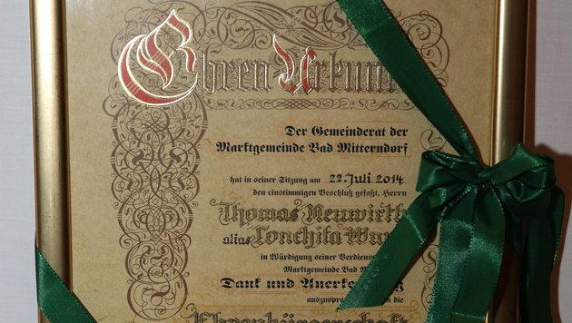 Die Ehrenurkunde für Tom Neuwirth alias Conchita Wurst (Bild: Jürgen Radspieler)