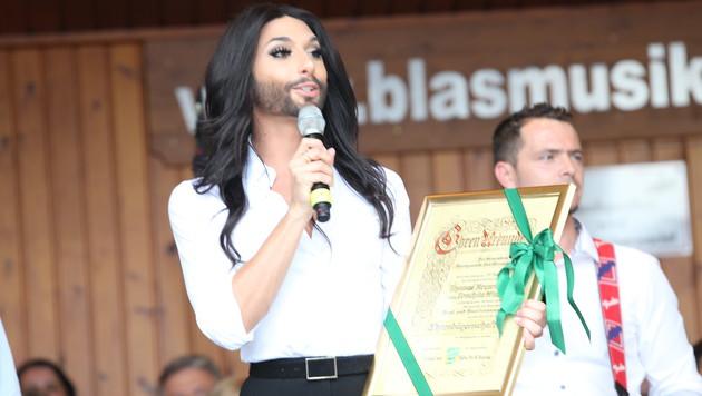 Conchita Wurst bei ihrer sehr emotionalen Rede nach Erhalt der Ehrenurkunde (Bild: Jürgen Radspieler)