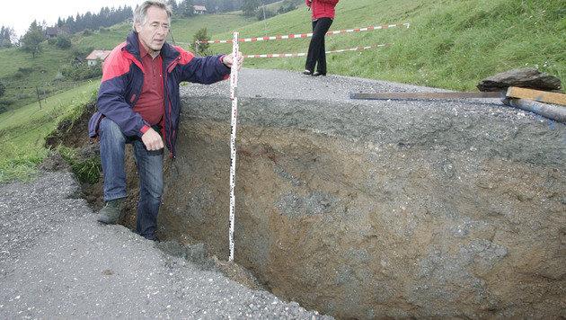 Bürgeister Anton Polessnig misst einen Niveauunterschied von 70 Zentimetern. (Bild: Klaus Kreuzer)