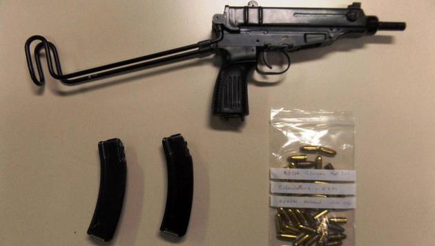 Diese Maschinenpistole samt Munition entdeckten die Polizisten bei der Verkehrskontrolle. (Bild: APA/LANDESPOLIZEIDIREKTION SALZBURG)
