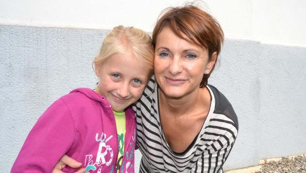 Die tapfere Lisa-Marie (9) mit ihrer Mutter Anneliese Fellner (Bild: Heinz Weeber)