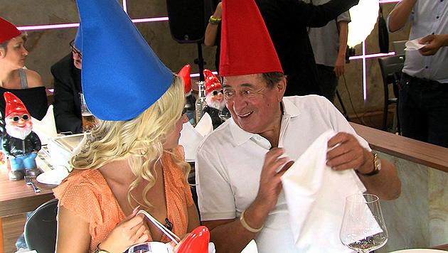 """Richard Lugner und """"Spatzi"""" trugen beim gemeinsamen Polterabend in der Lugner City Zipfelmützen. (Bild: Adabei TV)"""