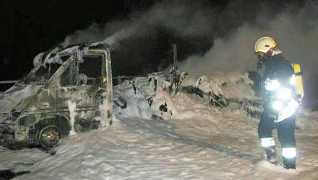 Das Fahrzeug wurde völlig zerstört. (Bild: APA/FREIWILLIGE FEUERWEHR RENNWEG)
