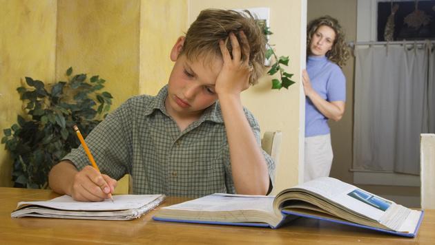 Motivieren Sie Ihr Kind, sodass es nach einem Durchhänger wieder Freude am Lernen findet. (Bild: thinkstockphotos.de)