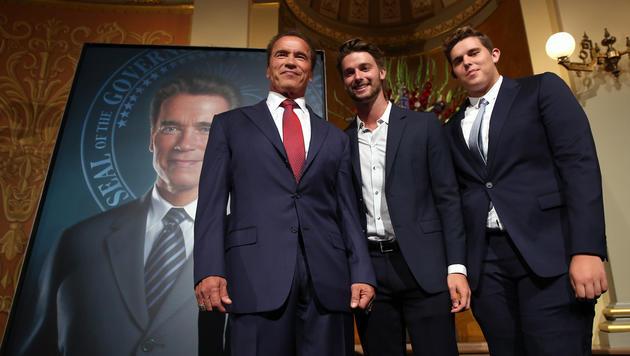 Arnold Schwarzenegger mit seinen Söhnen Patrick und Christopher. (Bild: AP)
