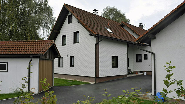 In diesem Haus in Ampflwang wurde das tote Ehepaar entdeckt. (Bild: APA/MANFRED FESL)