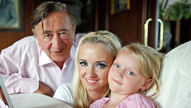 Richard Lugner mit seiner neuen Familie: Cathy und Töcherchen Leonie (Bild: Reinhard Holl)