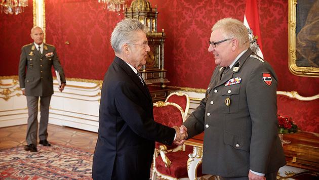 Heinz Fischer und der Präsident der Unteroffiziersgesellschaft Paul Kellermayr (Bild: APA/ÖST. PRÄSIDENTSCHAFTSKANZLEI)