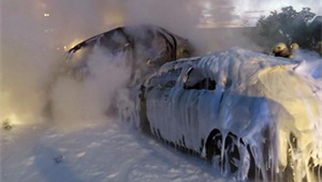 Alle drei Autos brannten völlig aus. (Bild: FF Niedernsill)