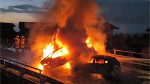 Kurz nach dem Zusammenstoß standen die Autos in Vollbrand. (Bild: FF Niedernsill)