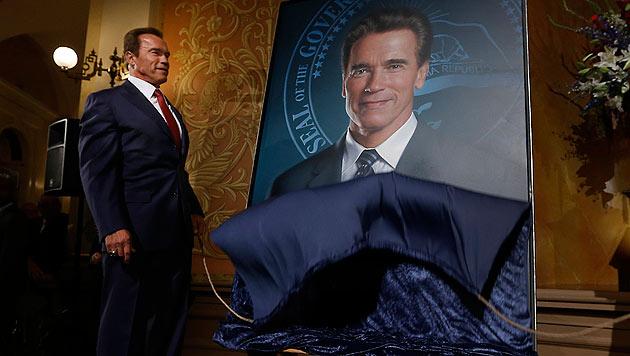 Schwarzenegger enthüllt das Gottfried-Helnwein-Gemälde von sich. (Bild: AP)