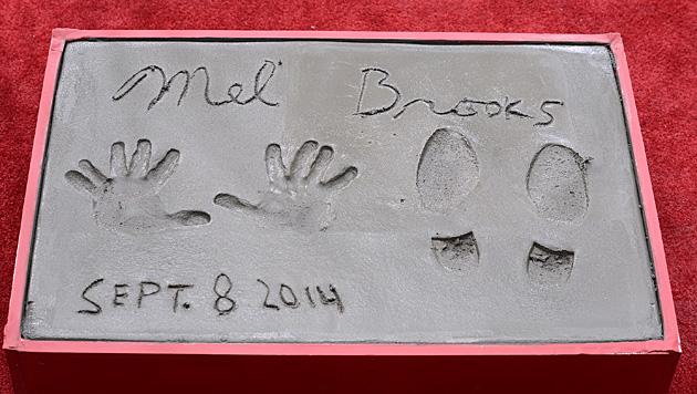Mel Brooks verewigte seine Hand- und Fußabdrücke im Zement. (Bild: Invision for Twentieth Century Fox Home)