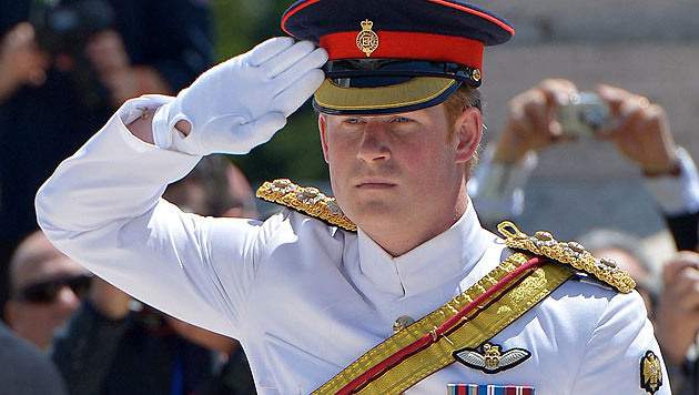 Prinz Harry in Uniform (Bild: APA/EPA/RADEK PIETRUSZKA)