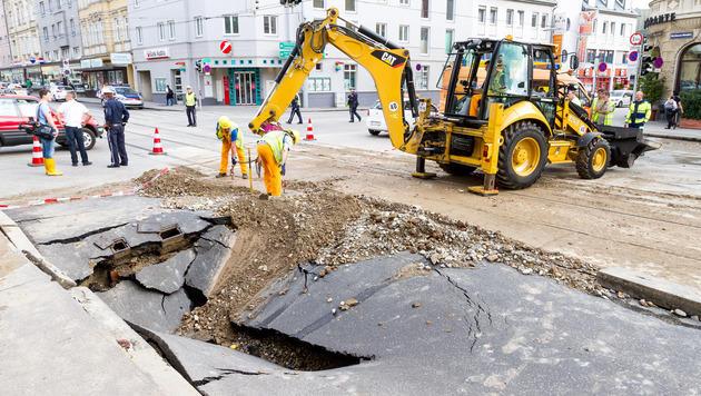 Wasserrohrbruch in Wien: Stau im Abendverkehr (Bild: APA/EXPA/ SEBASTIAN PUCHER)
