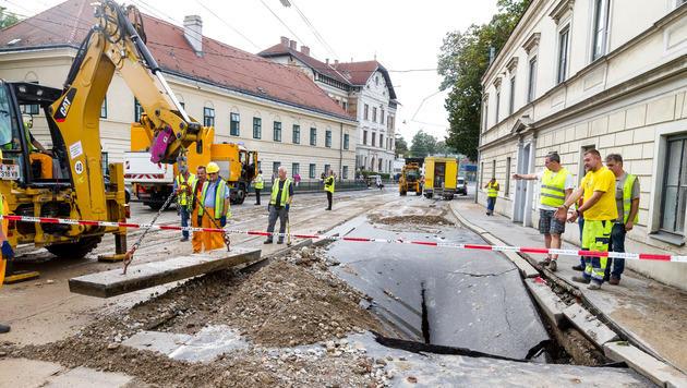 Ein massiver Wasserrohrbruch in Wien-Penzing sorgte für überflutete Straßen. (Bild: APA/EXPA/ SEBASTIAN PUCHER)