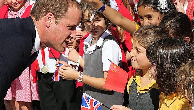 Prinz William wird in Oxford von zahlreichen begeisterten Kindern begrüßt. (Bild: EPA)