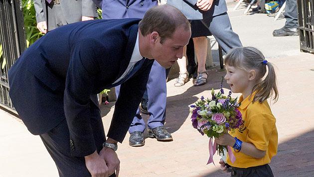 Isabella (2) überreichte dem Prinzen Blumen für die an Schwangerschaftsübelkeit leidende Kate. (Bild: AFP)