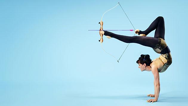 6,10 Meter: Weltrekord beim Bogenschießen im Handstand mit den Füßen (Bild: Guinness World Records/Ryab Schude)