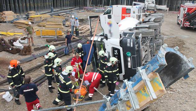 Der Betonmischwagen kippte um - der Lenker wurde in der Fahrerkabine eingeschlossen. (Bild: APA/FEUERWEHR WIENER NEUSTADT/PRESSETEAM)
