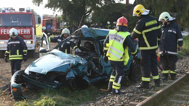 Der 79-jährige Lenker verstarb noch an der Unfallstelle. (Bild: APA/PRESSEFOTO SCHARINGER/DANIEL SCHARINGER)