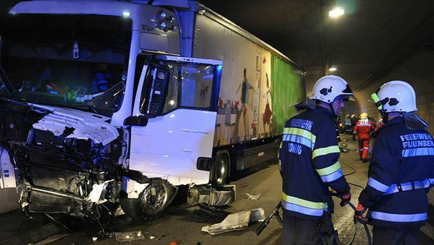 Eine Pkw-Lenkerin krachte nach einem Überholmanöver gegen einen Lkw und starb. (Bild: APA/FEUERWEHR/EHRLINGER)