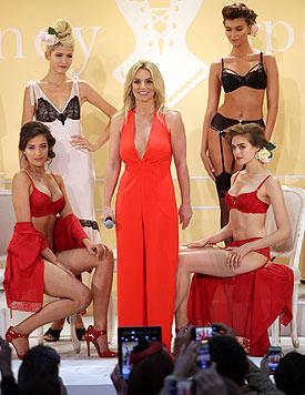 Britney Spears selbst trug offensichtlich keinen BH unter ihrem dekolletierten Jumpsuit. (Bild: AP)