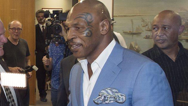 Ausgerastet: Mike Tyson beleidigt Moderator (Bild: AP)