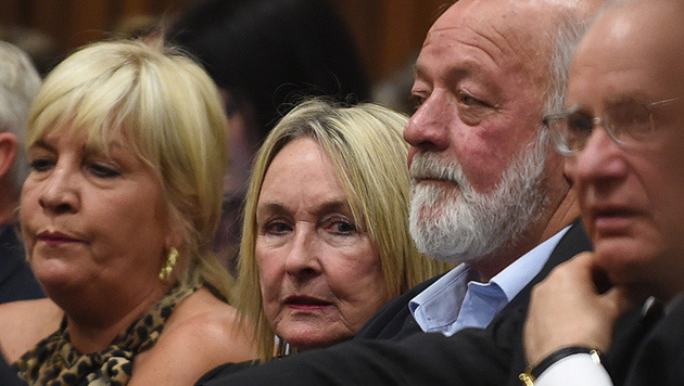 Reeva Steenkamps Eltern: Mutter June (2. von links) und Vater Barry (3. von links)