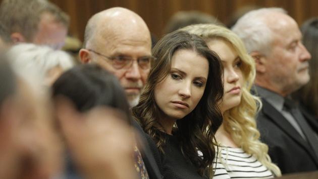 Oscar Pistorius' Schwester Aimee (Mitte) (Bild: APA/EPA/KIM LUDBROOK / POOL)