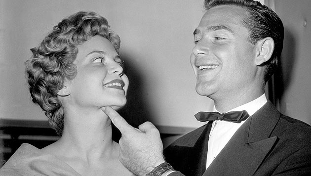 Das Schauspielerpaar Gundula Korte und Joachim Fuchsberger 1954 in München (Bild: apa/dpa/Düren/GöbelKneffel)