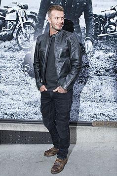 Beckham führt die Lederkluft gleich selbst vor. (Bild: AP)