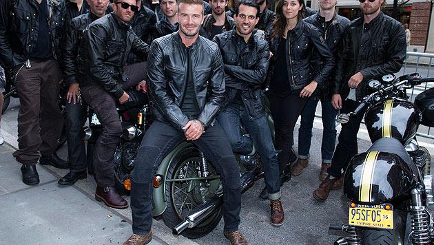 David Beckham posiert in Lederjacke mit Bikern in New York. (Bild: AP)