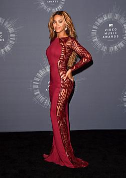 Die Einblicke, die Beyonces Robe bietet, lassen es erahnen: Slip und BH hat die Sängerin nicht an. (Bild: AFP)