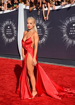 """XXL-Schlitz und -Dekolleté: Rita Ora musste für diesen Auftritt auf jegliches """"Drunter"""" verzichten. (Bild: Jordan Strauss/Invision/AP)"""