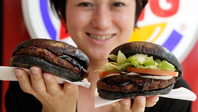 Diese schwarzen Burger gibt es nur kurze Zeit - und nur in Japan. (Bild: APA/EPA/KIMIMASA MAYAMA)