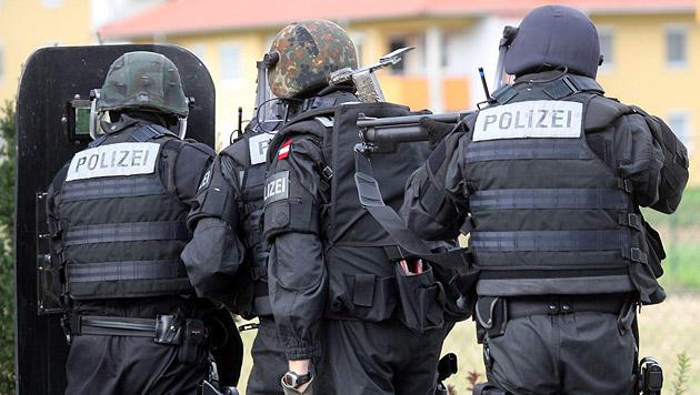 Großeinsatz nach Terroralarm in Männerwohnheim (Bild: Sepp Pail (Symbolbild))
