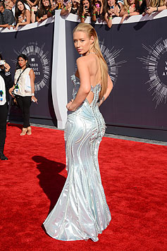 Iggy Azalea posiert im eleganten Kleid am Red Carpet.