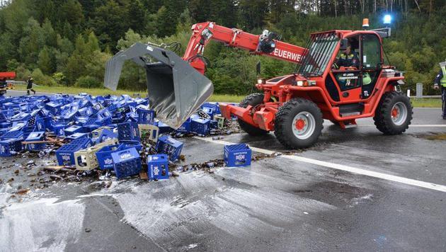 Mittels Bagger wurde das Scherben-Chaos beseitigt. (Bild: Einsatzdoku.at)