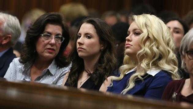 Pistorius' Schwester Aimee (Mitte) (Bild: AP)