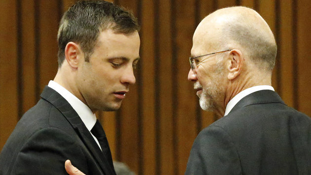 Pistorius mit seinem Onkel Arnold im Gerichtssaal (Bild: AP)