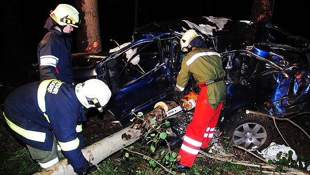 Feuerwehrleute bei der Bergung des völlig demolierten Autos (Bild: APA/FF SCHÄRDING)