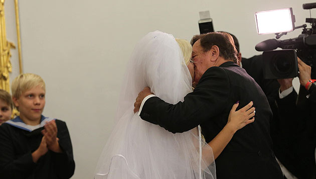 Mit diesem Kuss besiegeln Cathy und Richard Lugner ihren Ehebund. (Bild: Starpix/Alexander Tuma)