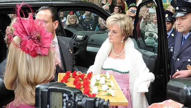 Fürstin Gloria von Thurn und Taxis kommt zur Hochzeit ihrer Tochter Maria Theresia und Hugo Wilson. (Bild: APA/dpa)